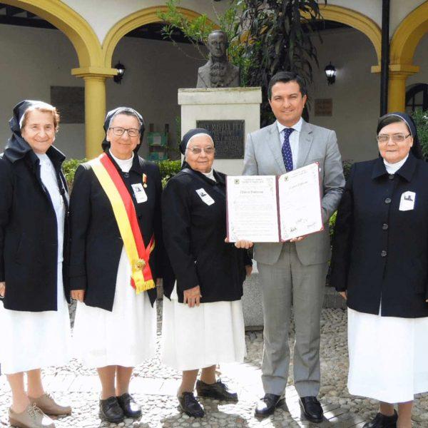 Clínica Palermo recibe la Orden Civil al Mérito José Acevedo y Gómez, en el grado Cruz de Oro